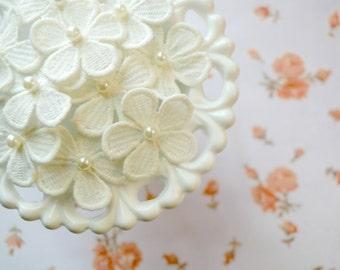 """Venise Flower Appliques. White Flower Appliques. 1.5"""". Set of 5. A2-AP-020"""