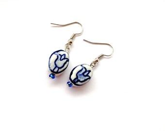 Dutch Delfts blue ceramic tulip earrings. Holland earrings tulip. Dangly earrings Dutch jewelry. Linnepin010