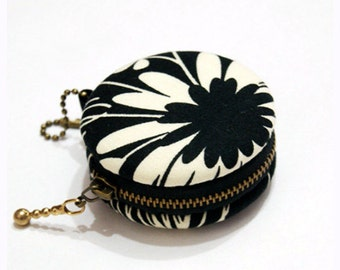 6.5cm Macaron Coin Purse / Mini Jewelry Box - White Flower in Black