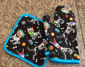 Sugar skull dog print insulated/quilted oven mitt and pot holder set