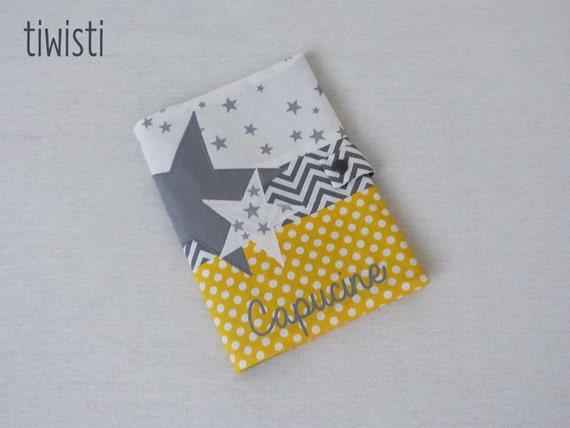 prot ge carnet de sant jaune et gris avec pr nom motif. Black Bedroom Furniture Sets. Home Design Ideas