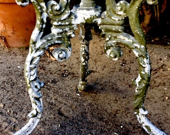 Vintage rustic wrought iron table . Naturally aged patina . As is or revamped. Classic claw feet .patio ,garden,breakfast room.dining .