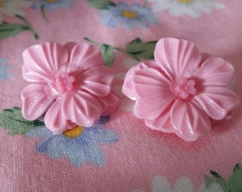 Vintage kitsch 1950s plastic pink flower clip on earrings