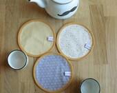 trio napperons /sets de table /service thé en coton réversibles recto chevrons blancs étoiles dorées grises verso moutarde uni 15cm diamètre