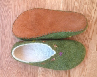"""Women's slippers """"Kosmach"""". Felted slippers. Felted indoor shoes. Gift for her. Ecoshoes. Gift for mother. Easter ma gift"""