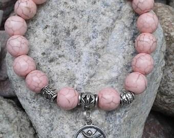 14) Bracelet avec pierres semi précieuses de turquoises roses agrémenté d'une breloque du mantra universel OM