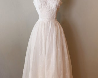 Vintage 1950s Wedding Dress ~ Vintage 50s Eyelet Lace Wedding Dress Waist 30 Size Large