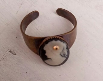 Lady black cameo adjustable ring