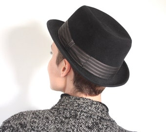 Vintage 1960s Fedora // 50s 60s Black Felt Hat With Striped Sash // Classic Film Noir // Crooner
