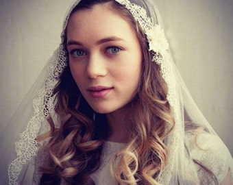 Juliet Cap Wedding veil with lace , Kate moss veil wedding veil with flower details  - 1930s wedding veil - UK