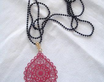 Encanto de encaje rojo, cordón Metal collar, collar de filigrana, joyería marroquí, regalo de Pascua, joyas Boho, tendencias verano, joyería de Dama de honor.