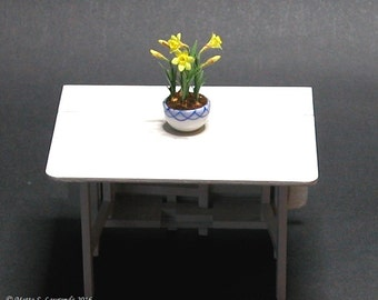 Miniature flowers - Daffodils planted in blue/white ceramic bowl - 1:12 scale dollhouse miniature (GF102)