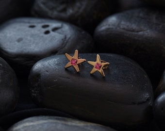 Star stud earrings with rose coloured Swarovski crystals in gold plating