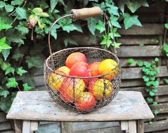 French vintage wire basket with a wooden handle - antique French basket - Country chic decor - Farm decor Fruit basket