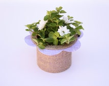 Center of table champêtre in jute canvas, how flower, purple wedding table decoration.