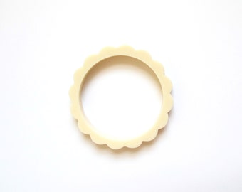 Vintage Ivory Scalloped Bangle / 80s Plastic Flower Bracelet