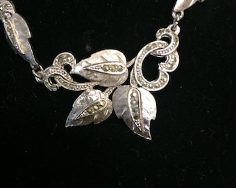 Leaf motif necklace