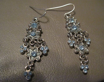 Vintage Periwinkle Blue Silver Daisy Flower Dangle Drop Pierced Earrings, Fun Floral Design