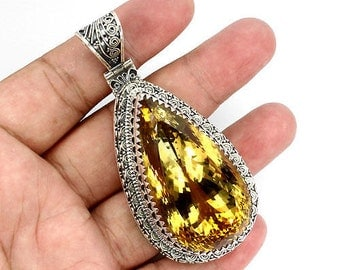 Pendant extremely rare you will never find a piece of jewellery of this magnitude because it is one of a kind in the world 462.52 carats.