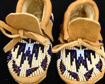 Fully beaded child's moccasins, size 6