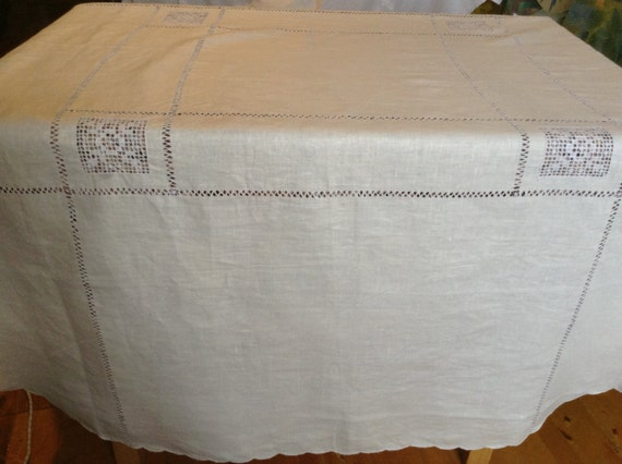 Round linen tablecloth with decoration broderie for Decoration anglaise