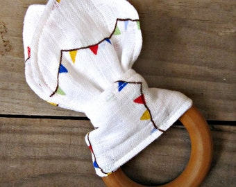 Organic Maple Teething Ring with Muslin Banner Fabric. Wooden Teething Ring. Muslin Baby. Gender Neutral. Natural Baby. Minimalist Modern.