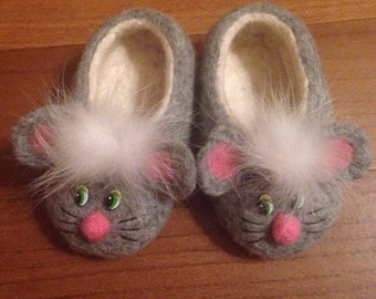 Felted child slippers decorated by mouse