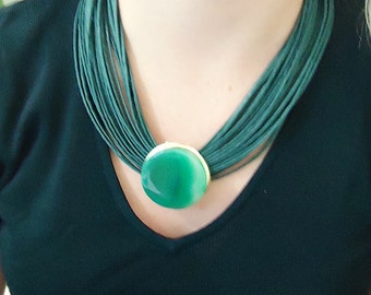 Necklace in fiber with green  agate stone. Metals gold plated.