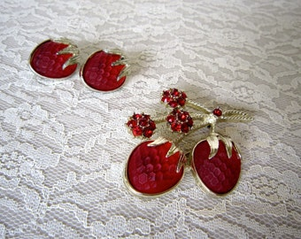 Sarah Coventry strawberry brooch with matching clip on earrings