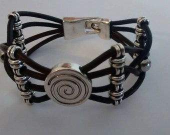 Bracelet leather with metal balls and spiral