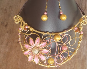 Parure necklace plastron to flower and earrings in pink and gold