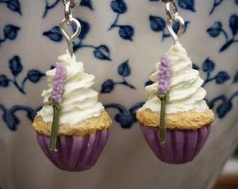 Vintage style: Lavender Cupcake Earrings. Cupcake. BluesBakkerij