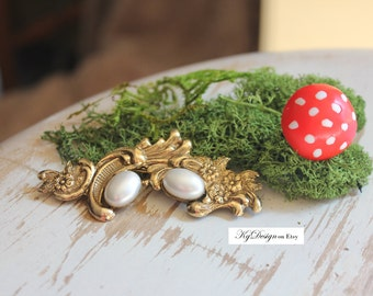 VINTAGE paste jewelry         gold/brass tone brooch with faux pearl