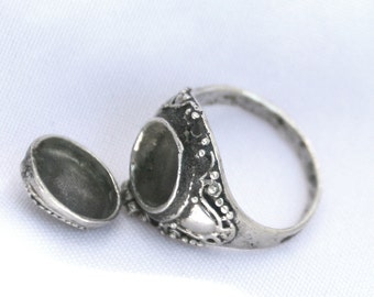 Vintage Sterling Silver Snuff Poison Ring - Secret compartment Size 8.5