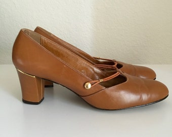 Vintage Shoes Women's 60's Tan, Heels, Leather, Pumps by Red Cross Shoes (Size 7 1/2)