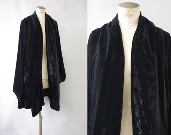 Black silk velvet opéra cape coat | 1940's by cubevintage | Small to medium