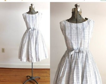 ON SALE 1950s Dress / 50s White Textured Plaid Embroidered Full Skirt Bow Dress