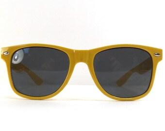 vintage 90s deadstock sunglasses wayfarer mustard yellow plastic frame gold sun glasses eyewear fashion unisex simple classic dark black 56