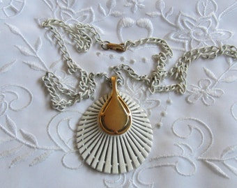 Vintage White and Gold Tone Shell-Shaped Pendant Necklace