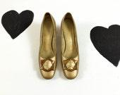60's Andrew Geller big buckle mod pumps 1960's golden brown kitten heels / shoes / go go / preppy / pilgrim / gold / leather / size 9 AAA N