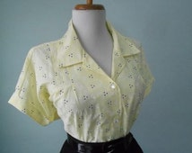 Vintage Light Pale Yellow Cotton 1950s 1960s Atomic Floral Print Button Down Short Sleeve Blouse