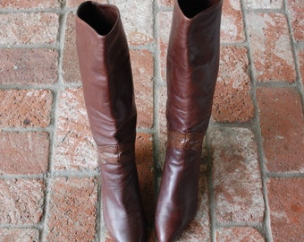Vintage Womens 7.5m Bandolino Pull On Tall Italian Brown Leather Rustic Riding Boots Boot Boho Hipster Pointy Toe Heel Spring Biker Fashion