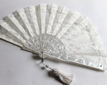 Off white Lace fan Wedding fan Bridal fan Ivory bride hand fan Folding Spanish fan Mother of the bride gift Bouquet alternative Photo Booth