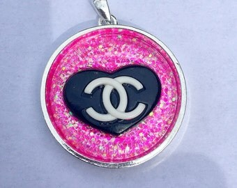 Kawaii/lolita Resin pendant with black heart and hot pink glitter.