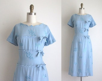 "1950s Dress / Vintage 1950s Wiggle Dress / Blue Embroidered Day Dress 28"" Waist"