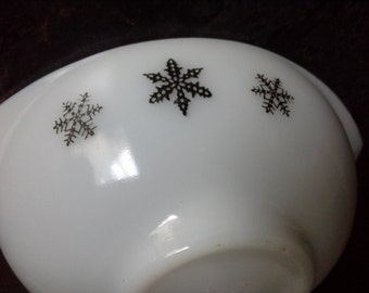 1950s Pyrex Gravy or Sauce boat in the Snowflake pattern