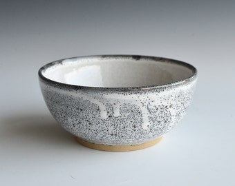 Bowl in stoneware clay with a combination of three glazes