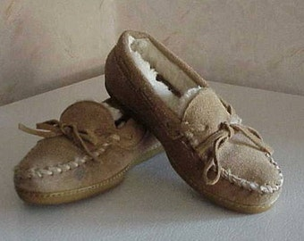 Retired MINNETONKA SHEEPSKIN Slip on Moccasin Slippers Size 5