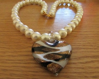 Pearl necklace with glass pendant