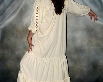 Q&I Renaissance Medieval Costume The Gaelic Chemise Ruffled Neckline Cream